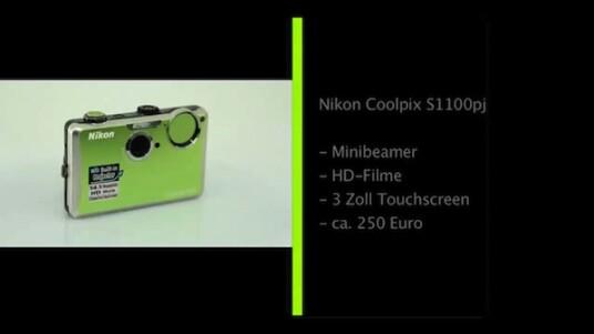In dieser Kompaktkamera steckt ein kleiner Beamer. Mit einer Lichtstärke von 14 Lumen projeziert die Nikon Coolpix S1100pj doppelt so hell wie ihr Vorgängermodell. Jetzt muss die Kamera nur noch zeigen, dass sie mehr als nur ein nettes Spielzeug ist.
