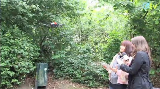 Outdoor-Action bei netzwelt-TV: Ein erster Freiluft-Test der AR.Drone 2.0 von Parrot sorgt diesmal für einige Aufregung. Dabei sorgt vor allem der integrierte Autopilot dafür, dass die ersten gewagten Flugmanöver nicht im Gebüsch enden.