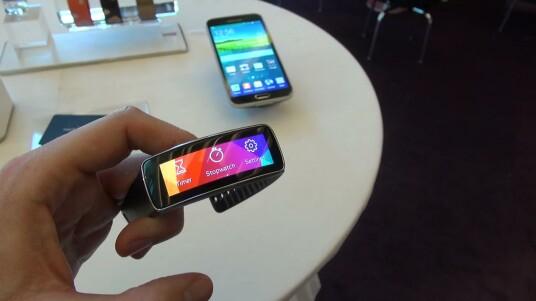 Samsung stellt auf dem Unpacked Event in Barcelona mit der Gear Fit ein Armband vor, das Fitness-Tracker und Smartwatch zugleich ist. Netzwelt hat vorab einen ersten Blick auf die Gear Fit geworfen.