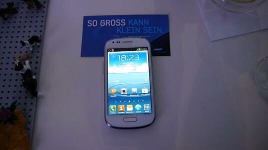 Das Galaxy S3 Mini hat hardwaretechnisch mehr Ähnlichkeit mit dem Einsteigermodell Galaxy Ace 2 als seinem großen Bruder. Dafür ist die Verwandschaft softwareseitig zu bemerken.