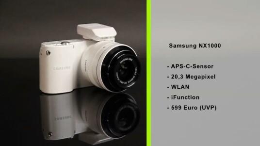 Samsung stattet die NX1000 mit einem WLAN-Modul aus. Über dieses stellt die Systemkamera nicht nur selber Fotos ins Internet, sondern lässt sich auch über Smartphones fernbedienen.