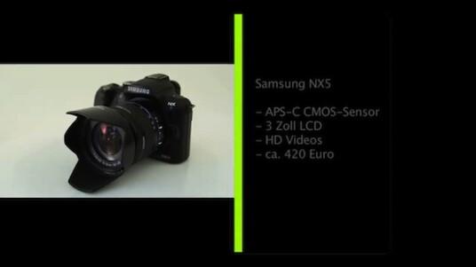 In der NX5 steckt zwar kein Spiegel, doch bei der Optik ließen sich die Designer des Herstellers Samsung eindeutig von Spiegelreflexkameras inspirieren. Eine Mogelpackung erhält der Käufer aber nicht, da in der Kamera ebenfalls ein Bildsensor im APS-C-Format steckt.