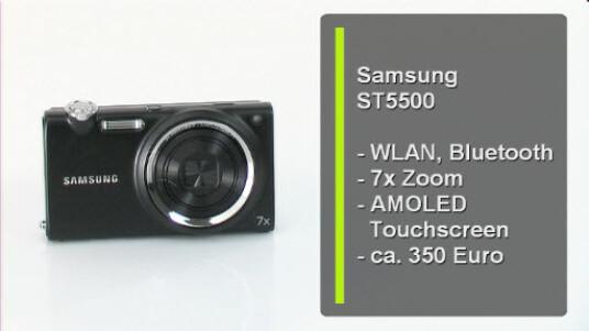 Die Samsung ST5500 überträgt Fotos und Videos über WLAN oder Bluetooth direkt ins Internet oder auf anderen Geräte. Die Bedienung der Kompaktkamera erfolgt fast ausschließlich über den großen AMOLED-Touchscreen.