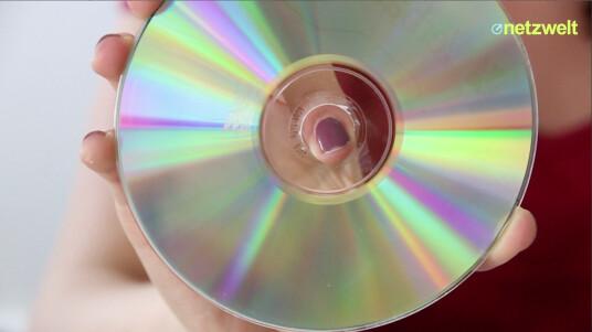 Hat Ihre CD, DVD oder Blu-ray einen Kratzer und lässt sich nicht mehr richtig abspielen? Werfen Sie den Datenträger nicht gleich frustriert in den Müll. Denn vielleicht können Sie die Daten noch retten. Das Video zeigt wie.