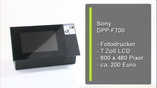 Der DPP-F700 von Sony vereint zwei Gerät in einem. Neben der Funktion eines digitalen Bilderrahmens druckt das Gerät die Bilder auf Wunsch auch Fotos.