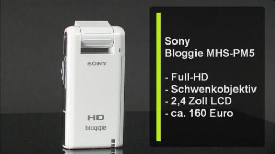 Ungewöhnliche Perspektivwechsel ermöglicht die um 270 Grad drehbare Linse des Sony Bloggie MHS-PM5. Der Pocket-Camcorder filmt im Full-HD-Auflösung und überträgt die Videos per USB von der eingelegten Speicherkarte.