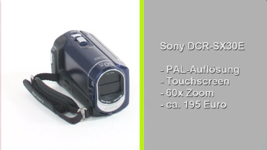 Das Einsteiger-Modell des japanischen Herstellers kostet rund 190 Euro und zeichnet Videos in Standard-Auflösung auf. Zur Ausstattung der Kamera gehören ein vier Gigabyte großer interner Speicher und ein Zeiss-Objektiv mit 60-fachem Zoom.