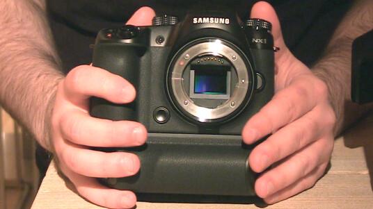 Netzwelt konnte das neue Kamera-Spitzenmodell von Samsung auf der Photokina 2014 antesten. Im Video geben wir euch einen Einblick in die technischen Rafinessen der Systemkamera.