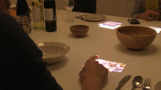Auf der IFA 2014 baute Sony mit Life Space UX eine Art Multimedia-Haus der nahen Zukunft auf. Mit dabei: der 4K Ultra Short Throw Projector. (Ton: Englisch)