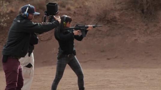 Im neuen Entwicklertagebuch zu Battlefield Hardline gewähren euch die Mitarbeiter von Visceral Games einen Blick hinter die Kulissen. Dieses mal geht es um die Entwicklung des Story-Modus und vor allem um die einzelnen Charaktere. Hinter allen Charakteren stecken echte Schauspieler, die ihr ebenfalls im Videotagebuch kennenlernt. Der Ego-Shooter spielt im Gang-belasteten Los Angeles und hat das Setting eines Action-Films. Electronic Arts veröffentlicht Battlefield Hardline am 19. März 2015 für PC, PS4, Xbox One, PS3 und Xbox 360.