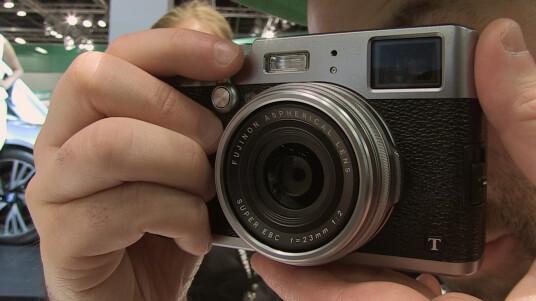 Wir konnten die neue Retro-Kompaktkamera von Fujifilm auf der Photokina 2014 ausprobieren. Wie sich die Kamera anfühlt, erfahrt ihr im Video.