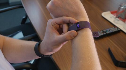 Fitbit bringt drei Fitness-Tracker auf den Markt: den Fitbit Charge, den Fitbit Charge HR und den Fitbit Surge. Die beiden letzten Modelle verfügen über eine kontinuierliche Herzfrequenzmessung.