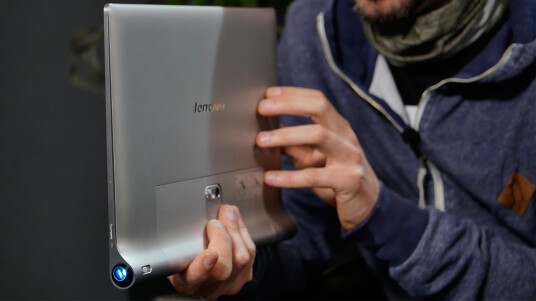 Beam me up, boom me up: Lenovos Riesen-Tablet kommt mit einem integrierten Beamer und Subwoofer daher. Was sonst noch so in ihm schlummert, erfahrt ihr im Video.