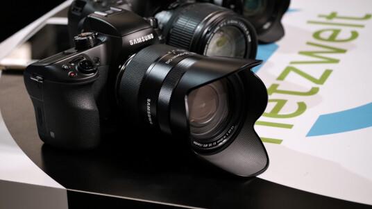 Die NX1 protzt mit einem 28 Megapixel-Bildsensor in APS-C-Größe und einer Serienbildgeschwindigkeit von 15 Bildern pro Sekunde. Ob sie im Test bestehen kann, erfahrt ihr im Video.