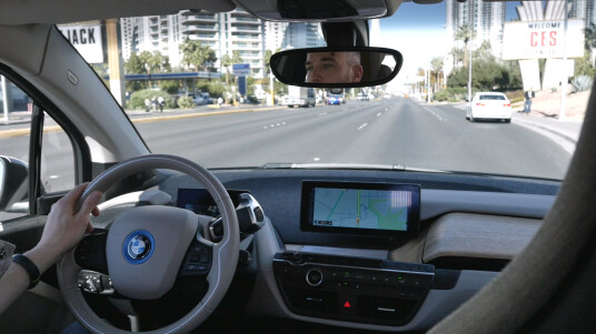 In Las Vegas setzen wir uns hinters Steuer vom BMW i3, drehen eine Runde durch Las Vegas und werfen auch einen Blick auf das autonome Einparken.