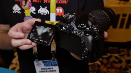 Auf der CES 2015 konnten wir die Nachfolgerin der D5300 antesten. Diese besitzt nun als Neuerung ein Klappdisplay. Alles weitere zur Kamera erfahrt ihr im Video.