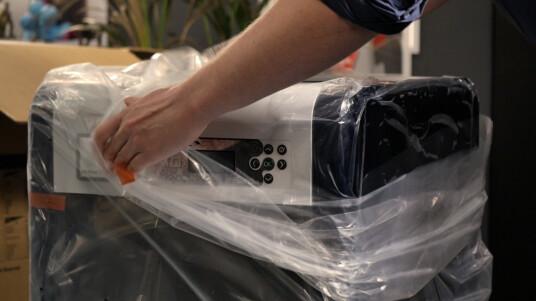 Im Video haben wir den rund 800 Euro teuren 3D-Drucker für euch ausgepackt.