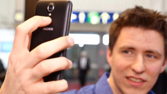 Auf der CeBIT 2015 konnten wir einen kurzen Blick auf das neue Archos 45 Neon werfen und den praktischen Selfie-Button ausprobieren.