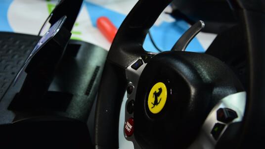Gaming-Lenkräder müssen sich im Vergleichstest beweisen, um bei Rennspielen wie Project CARS, Forza Motorsport  oder Driveclub ein authentischeres Motorsport-Feeling zu vermitteln als auf einem Pad, Getestet wurden Lenkräder für PC, PS4, Xbox One, PS3 und Xbox 360.