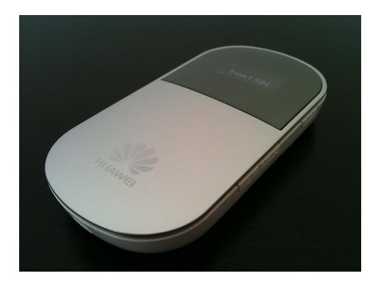 Das Huawei E5 stellt ein Mobilfunknetzwerk über WiFi bereit.