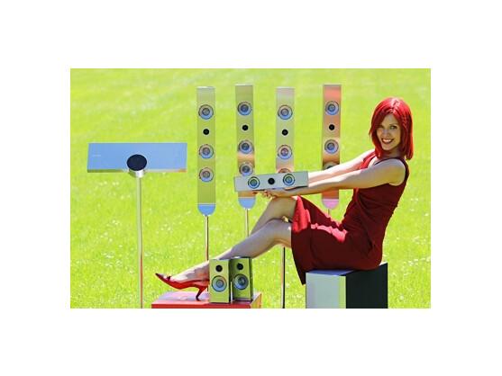 Miss IFA posiert für alle möglichen Produkte, hier für die Heimkinoanlage HT-C9959 von Samsung.