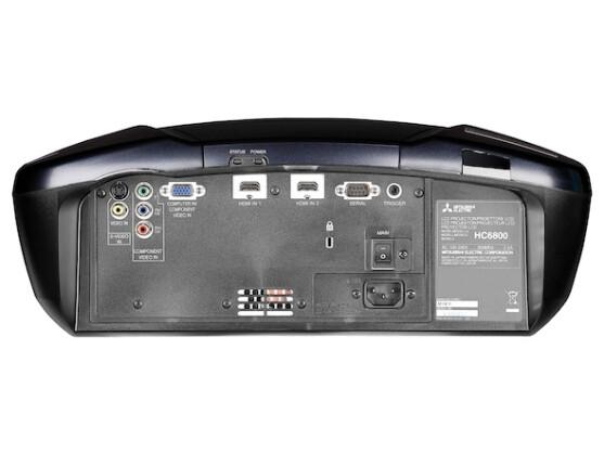 Neben zwei HDMI-Eingängen befindet sich auf der Rückseite auch eine vielseitig verwendbare VGA-Buchse. Sie kann neben PC-Signalen auch eine zweite YUV-Bildquelle verarbeiten.