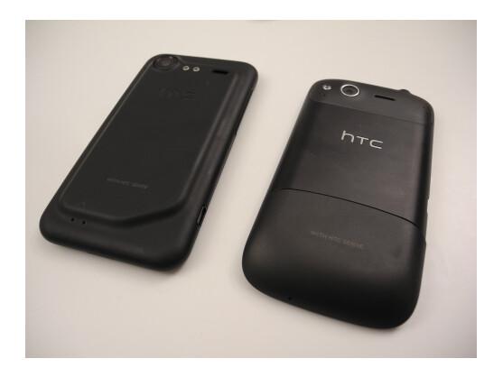 Das Incredible S (links) hat eine im Vergleich zu anderen Handys, etwa dem Desire S (rechts), ungewöhnlich geformte Rückseite.