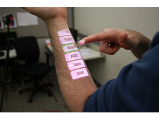 OmniTouch kann auch den eigenen Arm zu einer Oberfläche werden lassen.