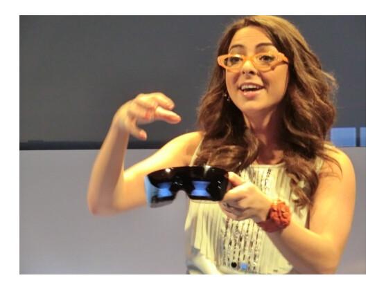 Polaroid-Sprecherin Katie Linendoll präsentierte die Lady Gaga Kamerabrille auf der CES in Las Vegas.