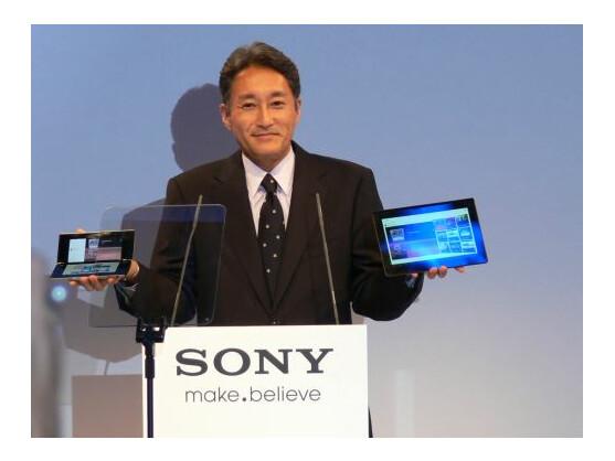 Sony-Manager Kazuo Hirai mit den beiden Tablets des Unternehmens.
