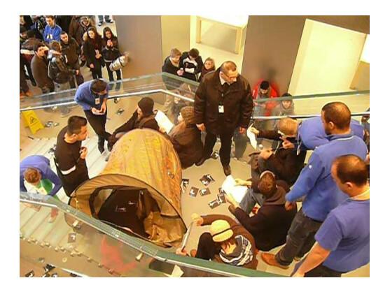 Aktivisten der Occupy-Bewegung haben den Hamburger Apple Store am Jungfernstieg am Wochenende vorübergehend besetzt. Ähnliche Szenen könnten sich nun weltweit abspielen.