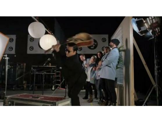 Unter anderem hat auch Psy einen Gastauftritt in dem Remix.