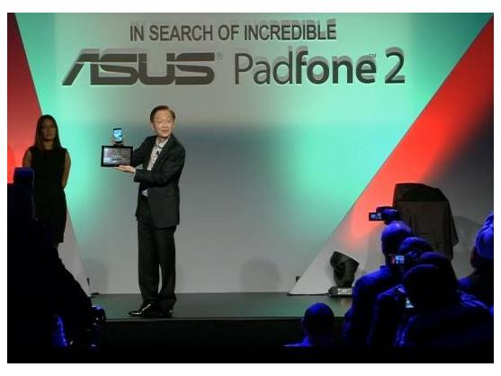 Asus Chairman Johnny Shih stellte das Padfone 2 in Mailand vor.