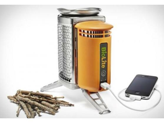 Mit dem Campingkocher von BioLite lässt sich das Handy mit einem Holzfeuer aufladen.