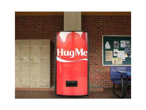 Dieser Cola-Automat hat ein Bedürfnis nach Liebe.