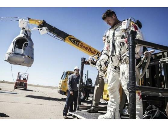 Der erste Sprung-Versuch von Felix Baumgartner musste abgebrochen werden.