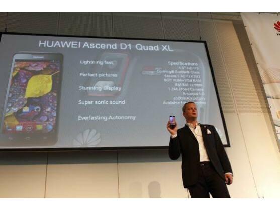 Huawei-Manager Lars Christian Weisswange stellt das neue Smartphone-Flaggschiff des Herstellers Ascend D1 Quad XL vor.