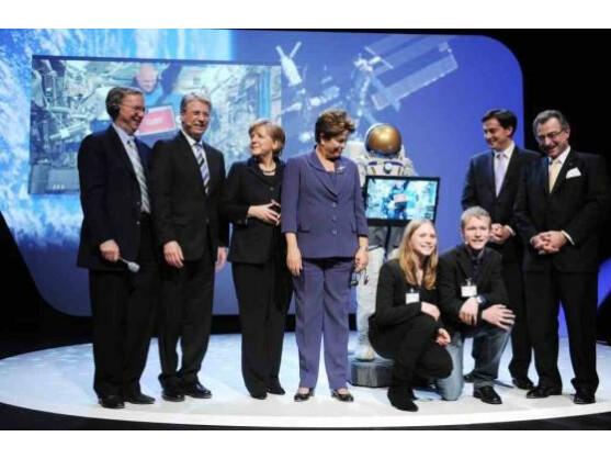 Beim Leistungsschutzrecht uneins, bei der CeBIT vereint: Eric Schmidt von Google (ganz links) und Bundeskanzlerin Angela Merkel (dritte von links) bei der Eröffnung der Computermesse am Montagabend.