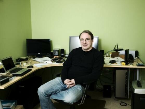 Linus Torvalds hat einen Open-Source-Betriebssystemkern entwickelt, der zu dem weitverbreiteten Linux-Betriebssystem weiterentwickelt wurde.