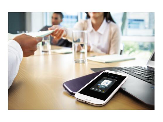 Mittels S Beam lassen sich Dokumente per Berührung der Handys teilen.