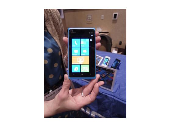 Das Nokia Lumia 900 soll dem Betriebssystem Windows Phone zu neuen Marktanteilen verhelfen.