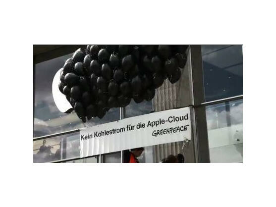 Protest gegen die iCloud: Greenpeace ließ eine schwarze Wolke aus Luftballons vor dem Hamburger Apple Store aufsteigen.