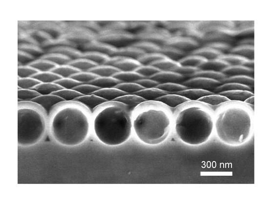 Ein Rasterelektronenmikroskop-Foto einer nanokristallinen Silizium-Hüllen-Schicht.