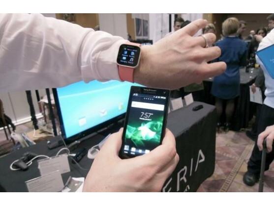 Die SmartWatch von Sony zeigt dem Nutzer unter anderem Social Media-Updates an.