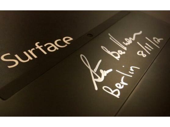 Die Unterschrift von Microsoft-CEO Steve Ballmer findet sich gut lesbar auf der Rückseite des Surface.
