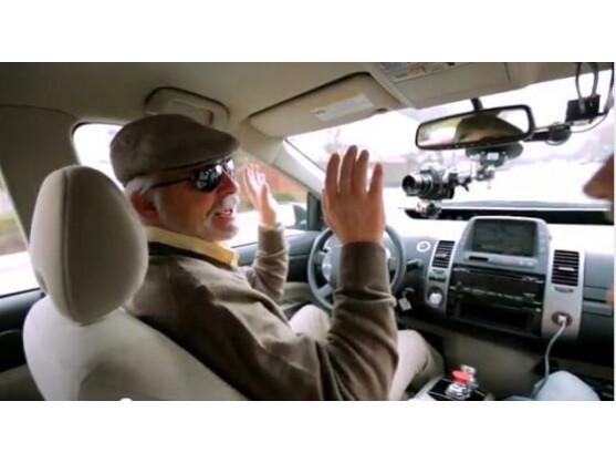 Völlig freihändig: Der blinde Steve Mahan sitzt auf dem Fahrersitz des Google-Autos.