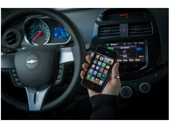 Während der Fahrt soll das Display des iPhones im sogenannten Eyes Free mode deaktiviert bleiben, um Ablenkungen zu vermeiden.