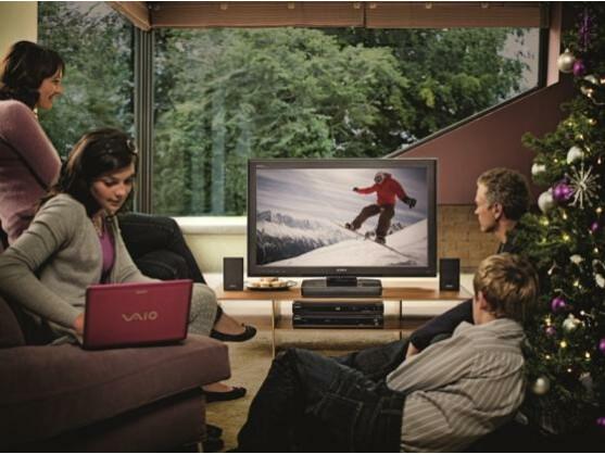 Weihnachten mit Sony: Die Familie schart sich um den Fernseher Bravia S5500, das Home Cinema System HT-SS360, den Blu-ray-Player BDP-S360 und ein Notebook aus der Vaio W-Serie.