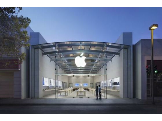 """Nein, als Manager für die Apple Stores soll Paul Deneve nicht fungieren. Fest steht: Der Yves Saint Laurent-Manager soll sich um """"spezielle Projekte"""" kümmern."""