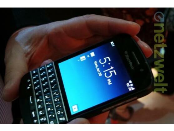 Das BlackBerry Q10 bietet eine QWERTZ-Tastatur.